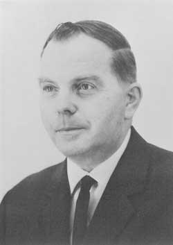 Mustavalkoinen lähikuva puvun miehestä. BEVI: n perustaja Edvin Petersson.